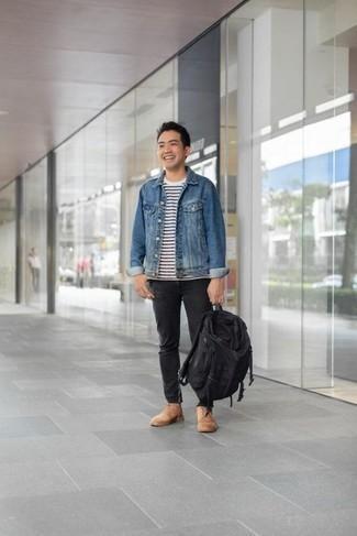 Черный рюкзак из плотной ткани: с чем носить и как сочетать мужчине: Синяя джинсовая куртка и черный рюкзак из плотной ткани — отличная формула для создания привлекательного и функционального лука. Выбирая обувь, сделай ставку на классику и надень светло-коричневые замшевые повседневные ботинки.