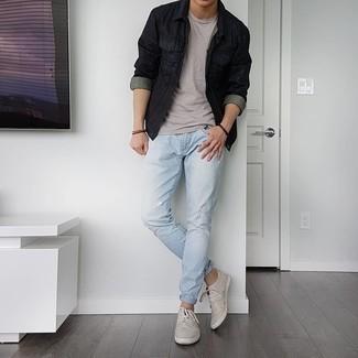 С чем носить темно-коричневый браслет мужчине: Если в одежде ты ценишь удобство и практичность, черная джинсовая куртка и темно-коричневый браслет — великолепный выбор для расслабленного мужского лука на каждый день. Думаешь сделать ансамбль немного строже? Тогда в качестве обуви к этому образу, обрати внимание на серые низкие кеды из плотной ткани.