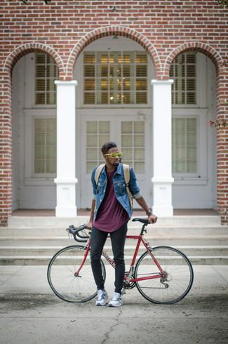 Как и с чем носить: синяя джинсовая куртка, пурпурная футболка с круглым вырезом, черные зауженные джинсы, белые низкие кеды