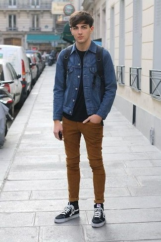 Как и с чем носить: синяя джинсовая куртка, черная футболка с круглым вырезом, табачные зауженные джинсы, черные высокие кеды из плотной ткани