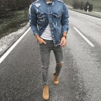 Как и с чем носить: синяя джинсовая куртка, белая футболка с круглым вырезом, серые рваные зауженные джинсы, светло-коричневые замшевые ботинки челси