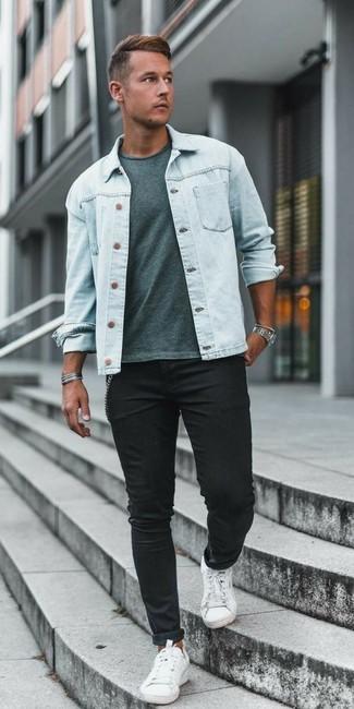 Как и с чем носить: голубая джинсовая куртка, мятная футболка с круглым вырезом, черные зауженные джинсы, белые низкие кеды из плотной ткани