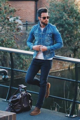 Как и с чем носить: синяя джинсовая куртка, белая футболка с круглым вырезом, темно-синие зауженные джинсы, коричневые замшевые ботинки дезерты