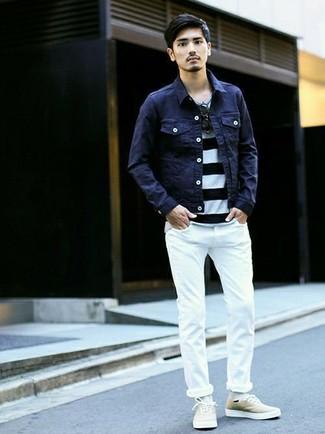 Как и с чем носить: темно-синяя джинсовая куртка, бело-черная футболка с круглым вырезом в горизонтальную полоску, белые зауженные джинсы, бежевые низкие кеды из плотной ткани