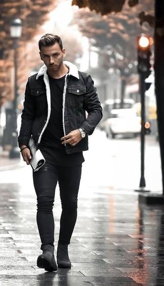Как и с чем носить: черная джинсовая куртка, черная футболка с круглым вырезом, черные зауженные джинсы, черные замшевые ботинки челси