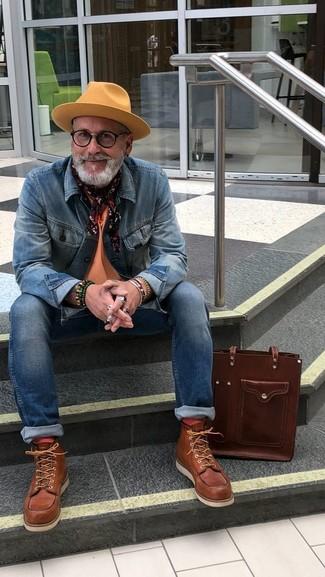 Как и с чем носить: синяя джинсовая куртка, оранжевая футболка с круглым вырезом, синие зауженные джинсы, коричневые кожаные рабочие ботинки