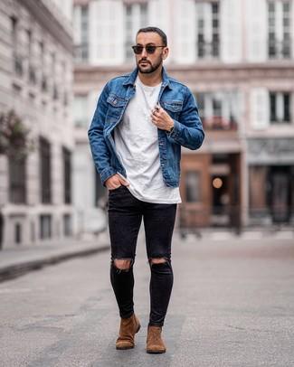 Как и с чем носить: синяя джинсовая куртка, белая футболка с круглым вырезом, черные рваные зауженные джинсы, коричневые замшевые ботинки челси