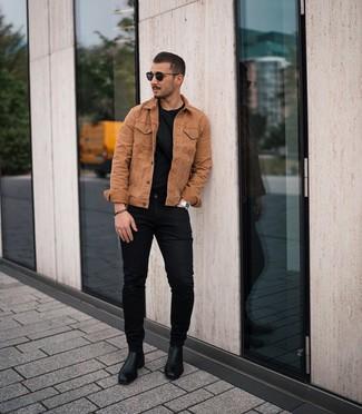 Как и с чем носить: табачная джинсовая куртка, черная футболка с круглым вырезом, черные зауженные джинсы, черные кожаные ботинки челси