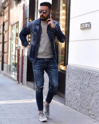 Как и с чем носить: темно-синяя джинсовая куртка, серая футболка с круглым вырезом с принтом, темно-синие рваные зауженные джинсы, серые низкие кеды из плотной ткани