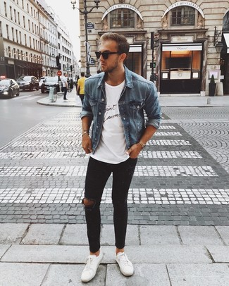 Синяя джинсовая куртка: с чем носить и как сочетать мужчине: Если ты запланировал насыщенный день, сочетание синей джинсовой куртки и черных рваных зауженных джинсов поможет создать комфортный образ в расслабленном стиле. Этот лук обретает новое прочтение в сочетании с белыми кожаными низкими кедами.