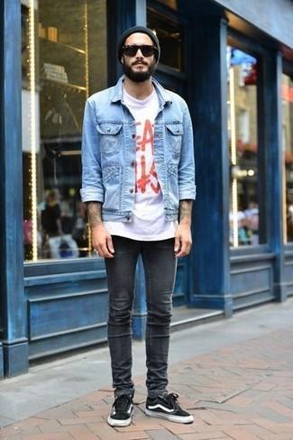 Как и с чем носить: голубая джинсовая куртка, бело-красная футболка с круглым вырезом с принтом, темно-серые зауженные джинсы, черные низкие кеды