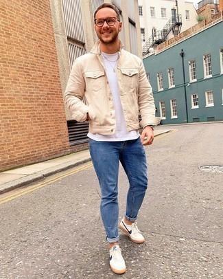 С чем носить синие зауженные джинсы мужчине: Дуэт бежевой джинсовой куртки и синих зауженных джинсов поможет выглядеть по моде, но при этом выразить твой личный стиль. Если говорить об обуви, бело-темно-синие низкие кеды из плотной ткани будут замечательным выбором.