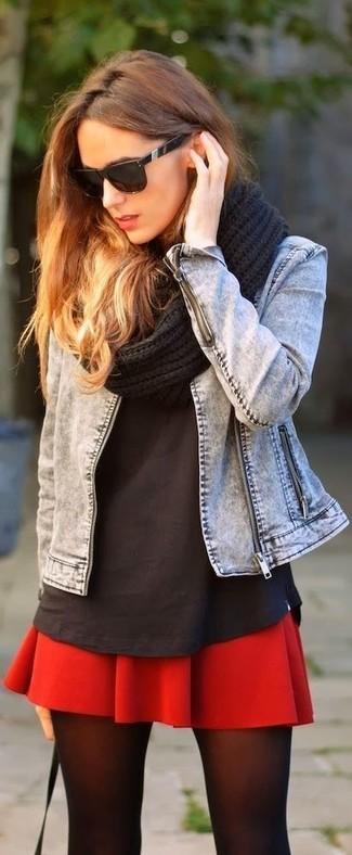Как и с чем носить: серая джинсовая куртка, черная футболка с круглым вырезом, красная короткая юбка-солнце, черный вязаный шарф