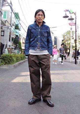 Темно-коричневые кожаные ботинки челси: с чем носить и как сочетать мужчине: Синяя джинсовая куртка в сочетании с коричневыми брюками чинос позволит составить стильный мужской ансамбль. Любишь необычные идеи? Дополни лук темно-коричневыми кожаными ботинками челси.