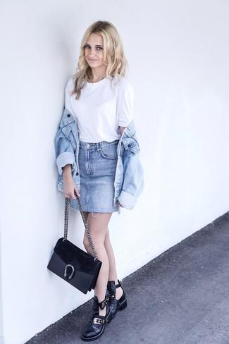 Как и с чем носить: голубая джинсовая куртка, белая футболка с круглым вырезом, голубая джинсовая мини-юбка, черные кожаные ботильоны с вырезом