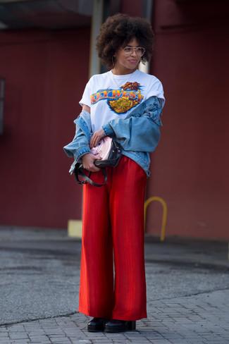 Как и с чем носить: голубая джинсовая куртка, белая футболка с круглым вырезом с принтом, красные широкие брюки, черные кожаные ботильоны на танкетке