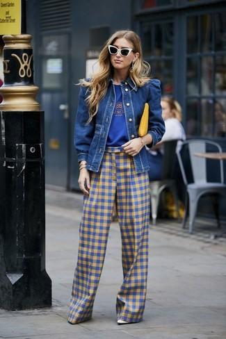 Как и с чем носить: синяя джинсовая куртка, синяя футболка с круглым вырезом с принтом, синие широкие брюки в мелкую клетку, белые кожаные туфли