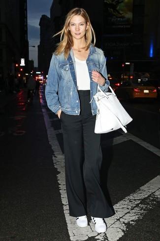 Как и с чем носить: синяя джинсовая куртка, белая футболка с круглым вырезом, черные широкие брюки, бело-черные кожаные низкие кеды