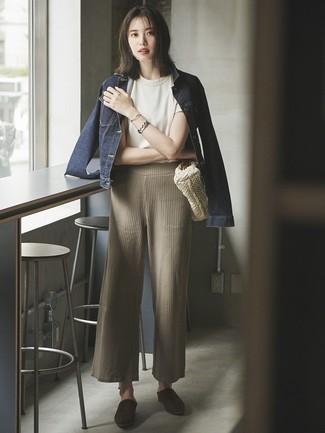 Как и с чем носить: темно-синяя джинсовая куртка, белая футболка с круглым вырезом, бежевые вязаные широкие брюки, темно-коричневые замшевые сабо