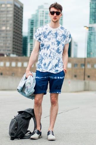 Как и с чем носить: голубая джинсовая куртка, синяя футболка с круглым вырезом c принтом тай-дай, темно-синие шорты c принтом тай-дай, бежевые замшевые туфли дерби