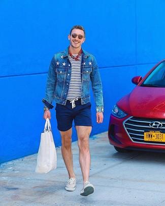 Как и с чем носить: синяя джинсовая куртка, бело-темно-синяя футболка с круглым вырезом в горизонтальную полоску, темно-синие шорты, бежевые низкие кеды
