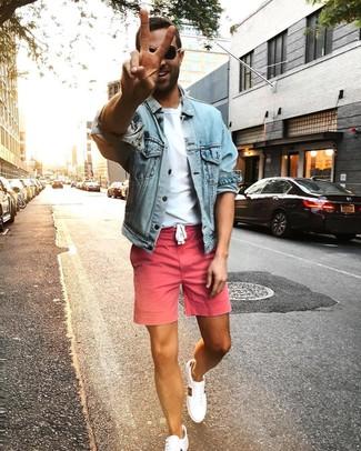 Как и с чем носить: голубая джинсовая куртка, белая футболка с круглым вырезом, розовые шорты, белые низкие кеды