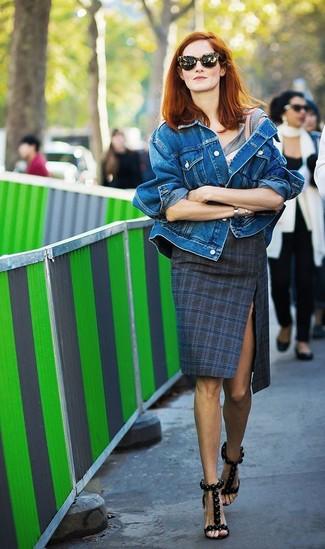 Как и с чем носить: синяя джинсовая куртка, серая футболка с круглым вырезом, темно-синяя юбка-карандаш в шотландскую клетку, черные кожаные босоножки на каблуке