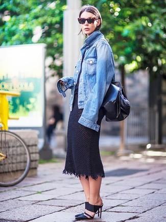Как и с чем носить: синяя джинсовая куртка, черная футболка с круглым вырезом, черная вязаная юбка-миди, черные кожаные сабо