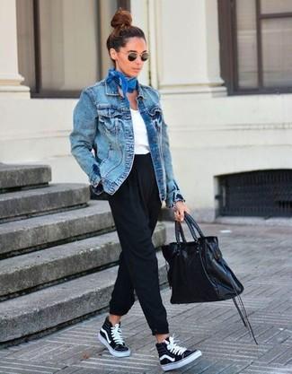 Как и с чем носить: синяя джинсовая куртка, белая футболка с v-образным вырезом, черные брюки-галифе, черные высокие кеды из плотной ткани