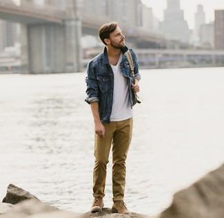 Как и с чем носить: темно-синяя джинсовая куртка, белая футболка с v-образным вырезом, горчичные брюки чинос, коричневые замшевые ботинки дезерты