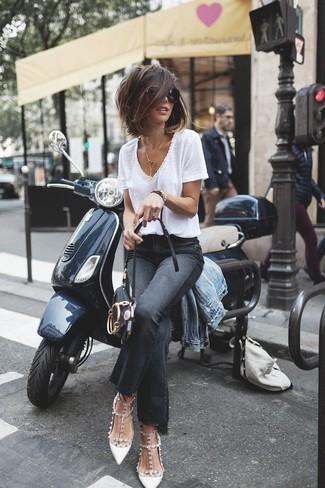 Голубая джинсовая куртка великолепно гармонирует с черными джинсами-клеш. В паре с белыми кожаными туфлями с шипами такой лук выглядит особенно стильно.