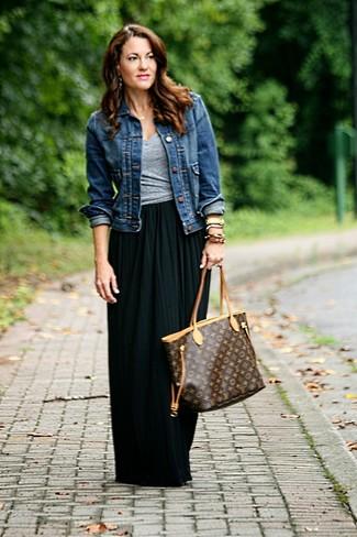 Как и с чем носить: темно-синяя джинсовая куртка, серая футболка с v-образным вырезом, черная длинная юбка со складками, темно-коричневая кожаная большая сумка с принтом