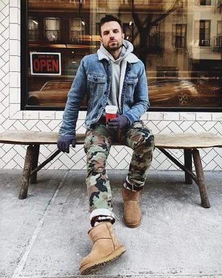 Как и с чем носить: синяя джинсовая куртка, серый худи, оливковые брюки карго с камуфляжным принтом, светло-коричневые угги