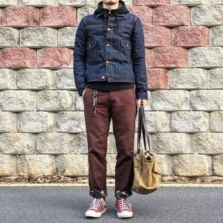 Как и с чем носить: темно-синяя джинсовая куртка, черный худи, коричневые брюки чинос, красные высокие кеды из плотной ткани