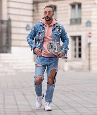 Как и с чем носить: голубая джинсовая куртка с принтом, розовый худи, голубые рваные джинсы, белые кроссовки