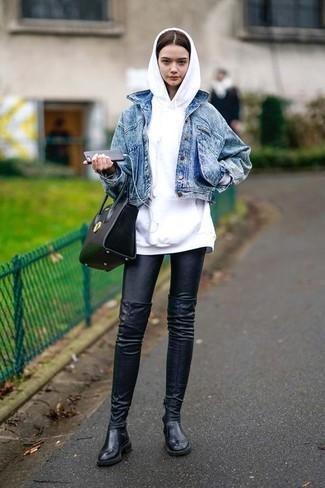 Как и с чем носить: синяя джинсовая куртка, белый худи, черные кожаные леггинсы, черные кожаные ботфорты