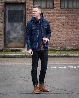 """С чем носить темно-синий худи мужчине: Сочетание темно-синего худи и черных джинсов в мужском луке позволит добиться ощущения """"элегантной свободы"""". Любители модных экспериментов могут закончить ансамбль коричневыми замшевыми повседневными ботинками, тем самым добавив в него чуточку классики."""