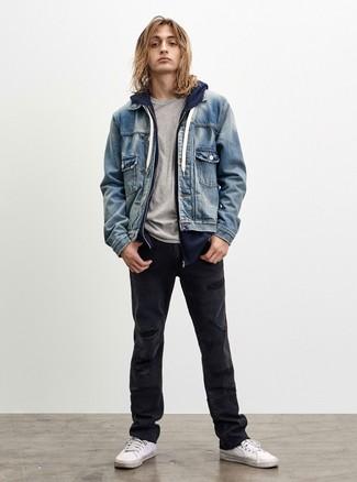 Как и с чем носить: голубая джинсовая куртка, темно-синий худи, серая футболка с круглым вырезом, черные рваные джинсы