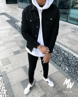 Как и с чем носить: черная джинсовая куртка, белый худи, черная футболка с круглым вырезом, черные зауженные джинсы