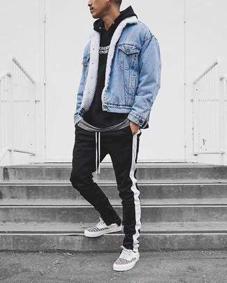 Как и с чем носить: голубая джинсовая куртка, черно-белый худи с принтом, серая футболка с круглым вырезом, черно-белые спортивные штаны в вертикальную полоску