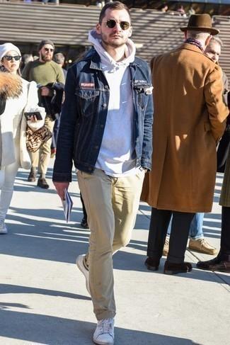 Белый худи: с чем носить и как сочетать мужчине: Белый худи в паре со светло-коричневыми брюками чинос — хорошая идея для создания мужского ансамбля в стиле элегантной повседневности. Вкупе с этим луком выгодно будут смотреться белые кожаные низкие кеды.