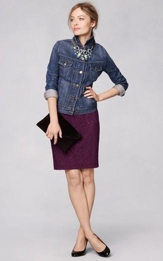 Как и с чем носить: темно-синяя джинсовая куртка, темно-пурпурная кружевная юбка-карандаш, черные кожаные туфли, черный замшевый клатч