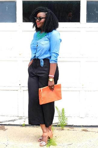 Как и с чем носить: синяя джинсовая рубашка, черные брюки-кюлоты, светло-коричневые кожаные босоножки на каблуке, оранжевый кожаный клатч