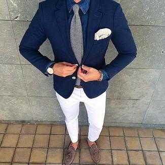 Как и с чем носить: синяя джинсовая рубашка, белые брюки чинос, коричневые замшевые лоферы с кисточками, серый вязаный галстук