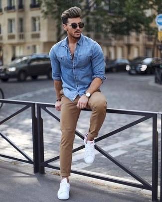 Как и с чем носить: синяя джинсовая рубашка, светло-коричневые брюки чинос, белые кожаные низкие кеды, черные солнцезащитные очки