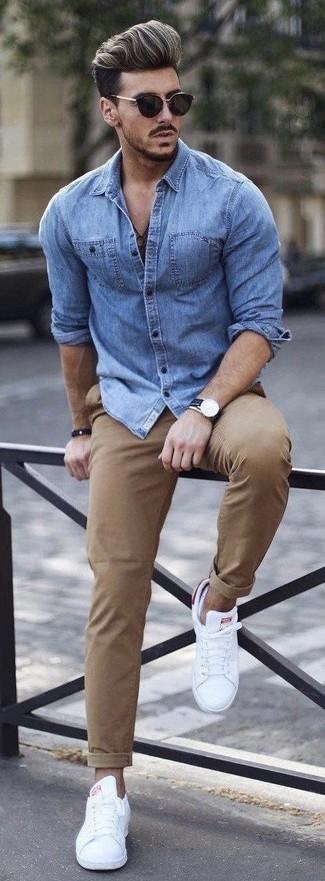 Как и с чем носить: синяя джинсовая рубашка, светло-коричневые брюки чинос, белые низкие кеды, черные солнцезащитные очки