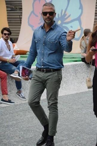 Модные мужские луки 2020 фото: Синяя джинсовая рубашка и оливковые брюки чинос — must have составляющие в арсенале любителей стиля casual. Любители свежих идей могут завершить ансамбль черными кожаными туфлями дерби, тем самым добавив в него немного классики.