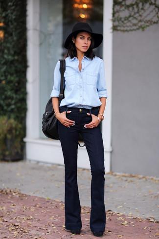 Как и с чем носить: голубая джинсовая рубашка, черные джинсы-клеш, черные замшевые массивные туфли, черный кожаный рюкзак