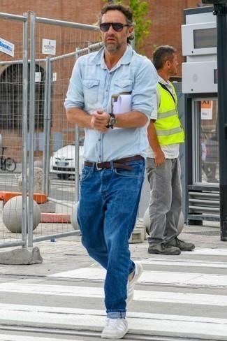 Голубая джинсовая рубашка: с чем носить и как сочетать мужчине: Голубая джинсовая рубашка и синие джинсы — неотъемлемые вещи в гардеробе модного современного жителя мегаполиса. Что до обуви, закончи ансамбль серыми замшевыми низкими кедами.