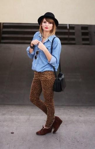 Как и с чем носить: синяя джинсовая рубашка, светло-коричневые джинсы скинни с леопардовым принтом, темно-коричневые замшевые ботильоны на танкетке, черная кожаная сумка через плечо